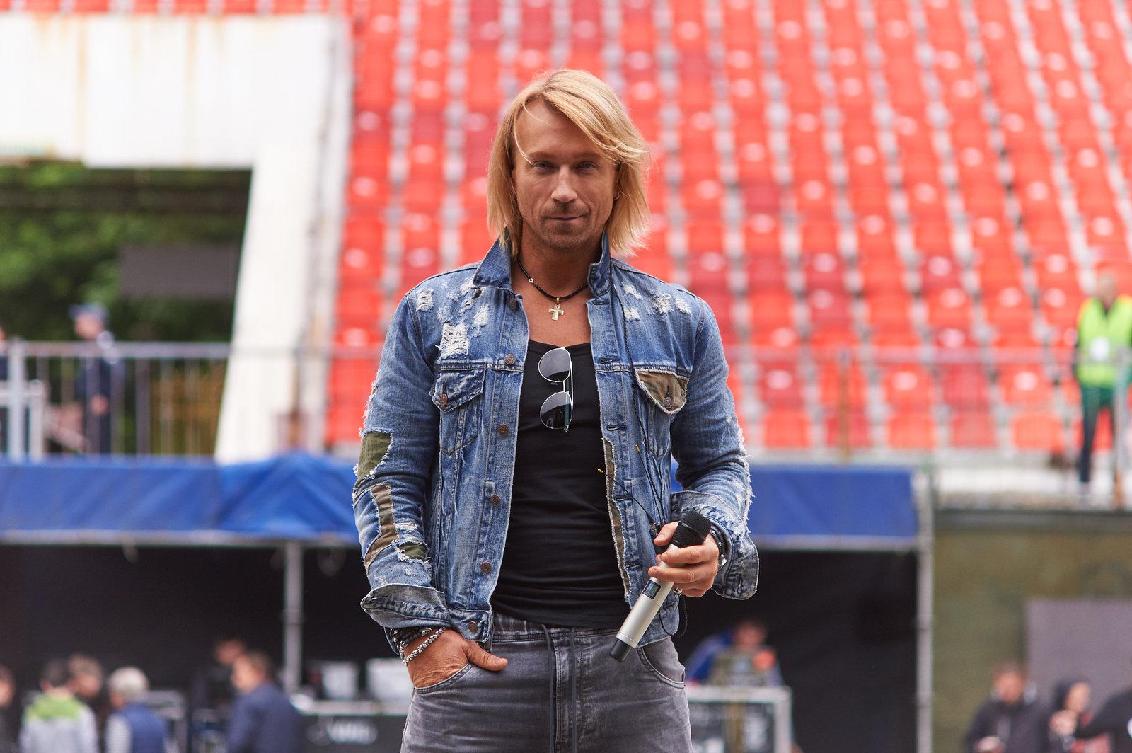 Олег Винник готовится к выступленю на стадионе фото
