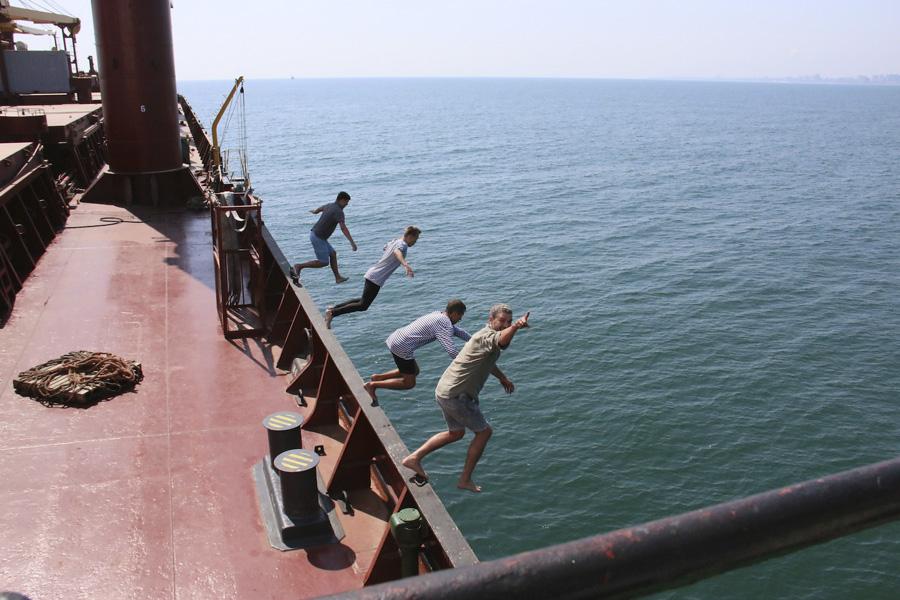 арсен мирзоя с музыкантами прыгают с принцессы николь в море