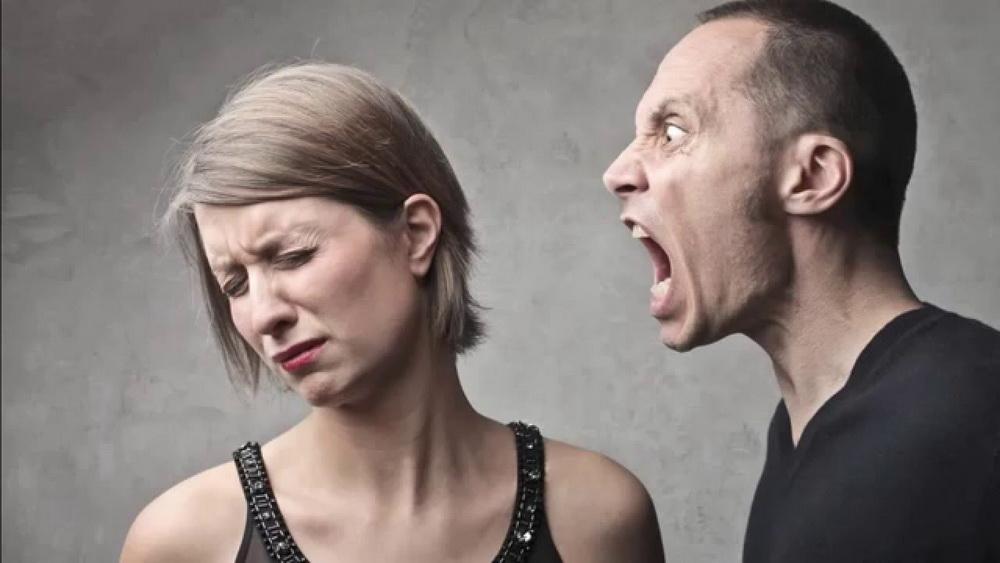 мужчина ненавидит женщину