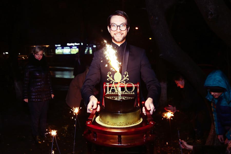 фото праздничного торта с дня рождения салона красоты «Jaco»