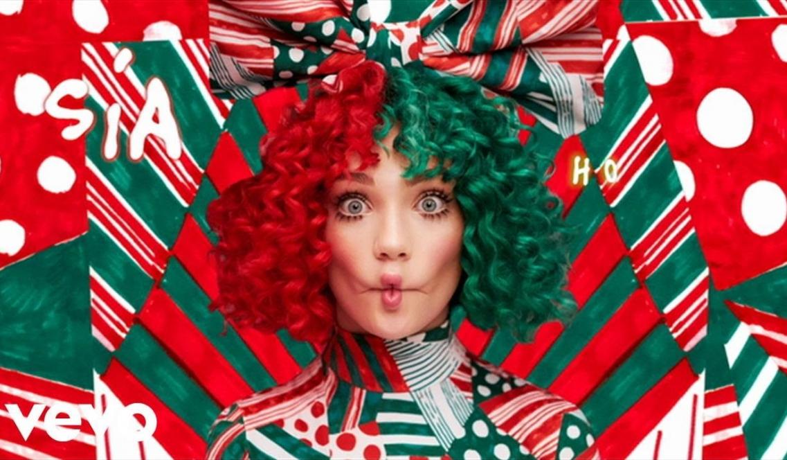 "кадр из клипа ""ho ho ho"" певицs Sia"