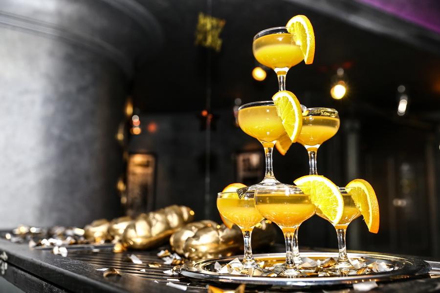 пирамида из золотых коктейлей