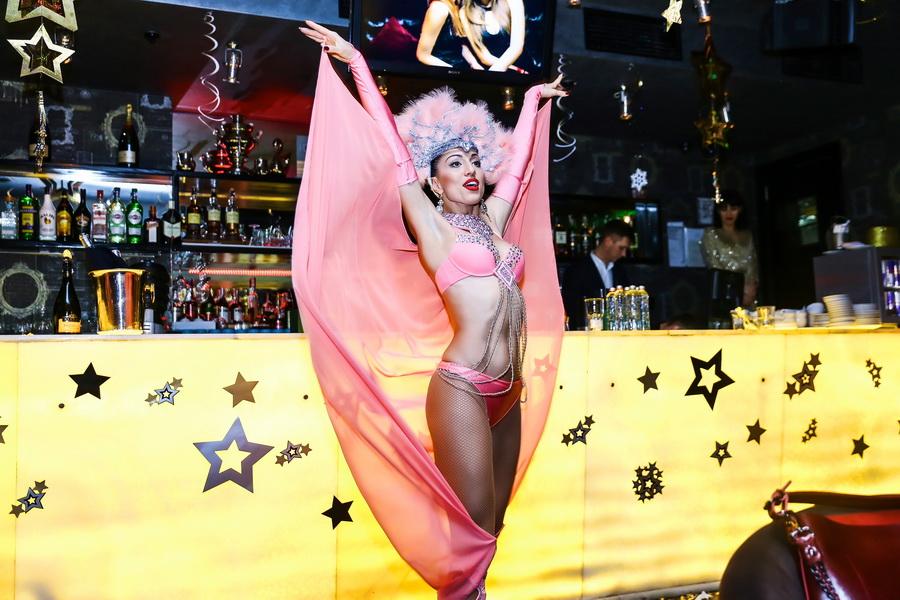 участница шоу-балета «GOLDEN LADIES» выступление в новогоднюю ночь
