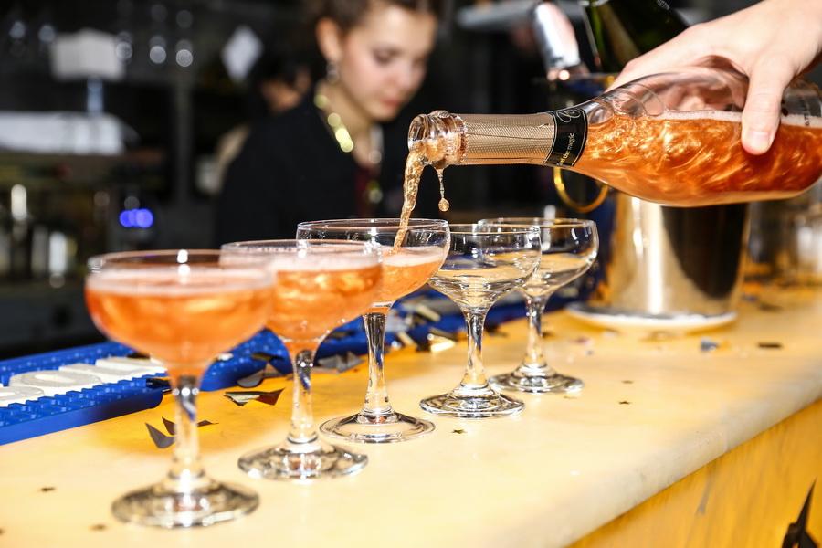 шампанское разливается по бокалам