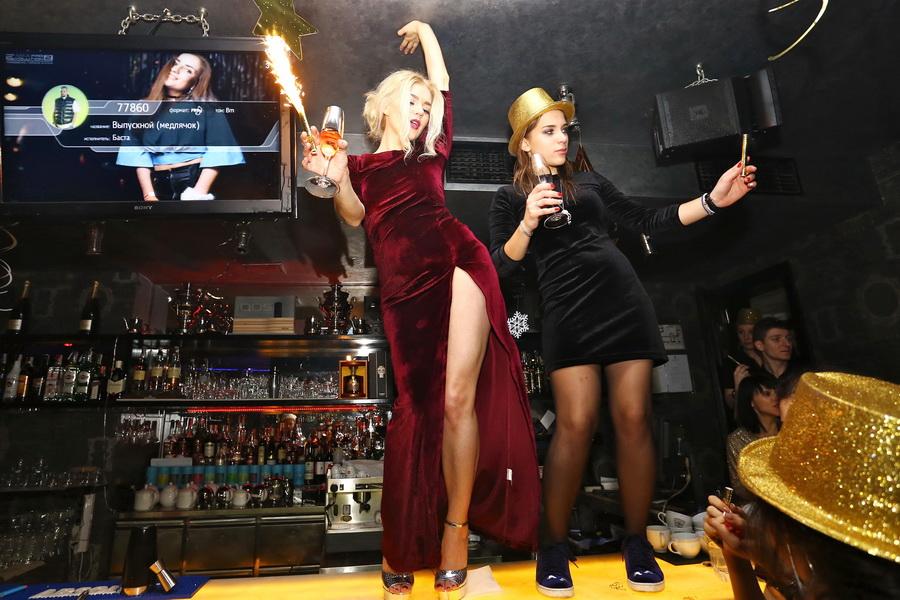 фото елена филонова танцует на барной стойке в новогоднюю ночь