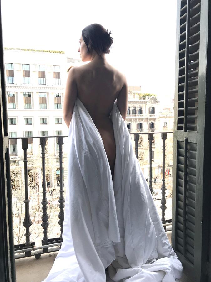 фото голая Dj NANA на балконе отеля в Барселоне