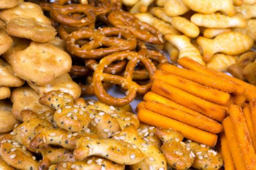 фото солёные орешки, соломка, крендельки