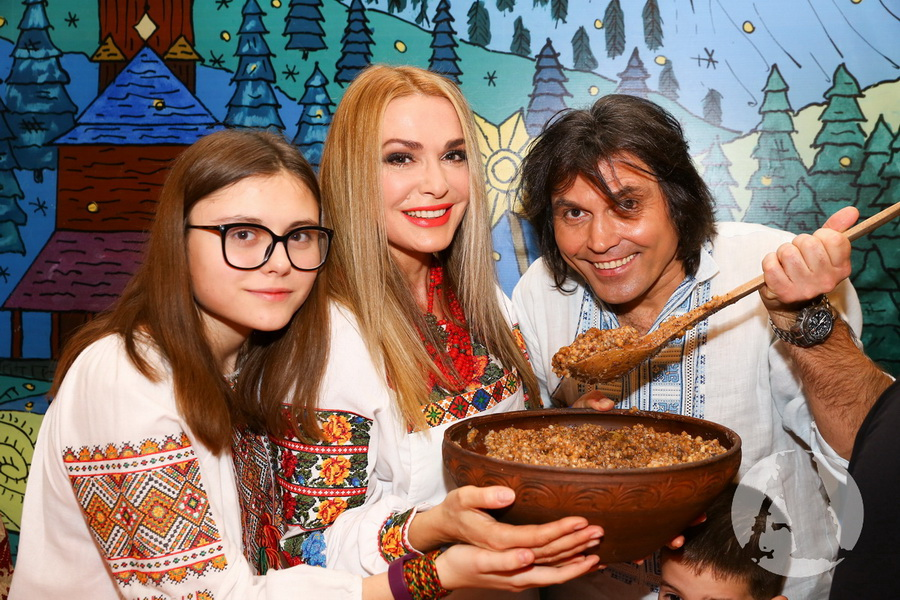 фото Ольга Сумская, Виталий Борисюк и их дочка Анна пробуют кутю в святвечер
