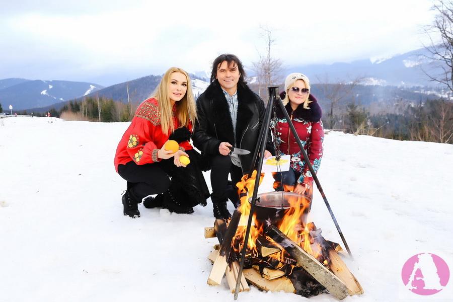 Ольга Сумская, Виталий Борисюк и Наталья Бучинская готовят глинтвейн на открытом огне фото