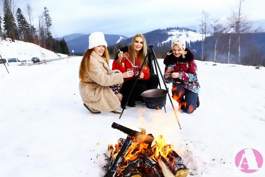 Татьяна Гончарова, Ольга Сумская и Наталья Бучинская готовят глинтвейн на костре в Карпатах фото