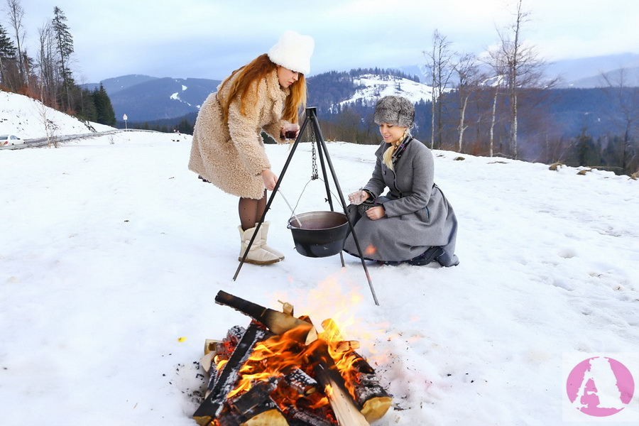 Тоня Матвиенко и Татьяна Гончарова готовят глинтвейн на костре фото