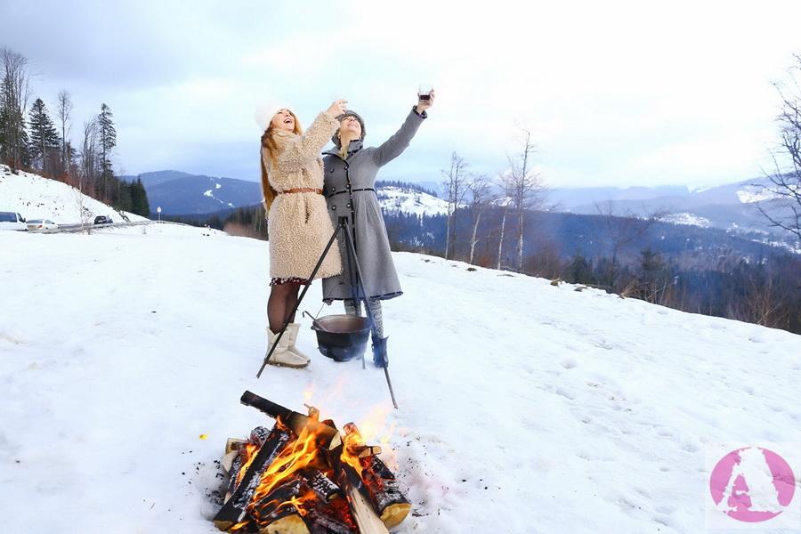 Тоня Матвиенко и Татьяна Гончарова в Карпатах дегустирую глинтвейн фото