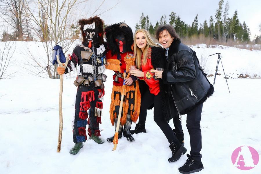 Ольга Сумская и Виталий Борисюк с Рождественскими чертями фото