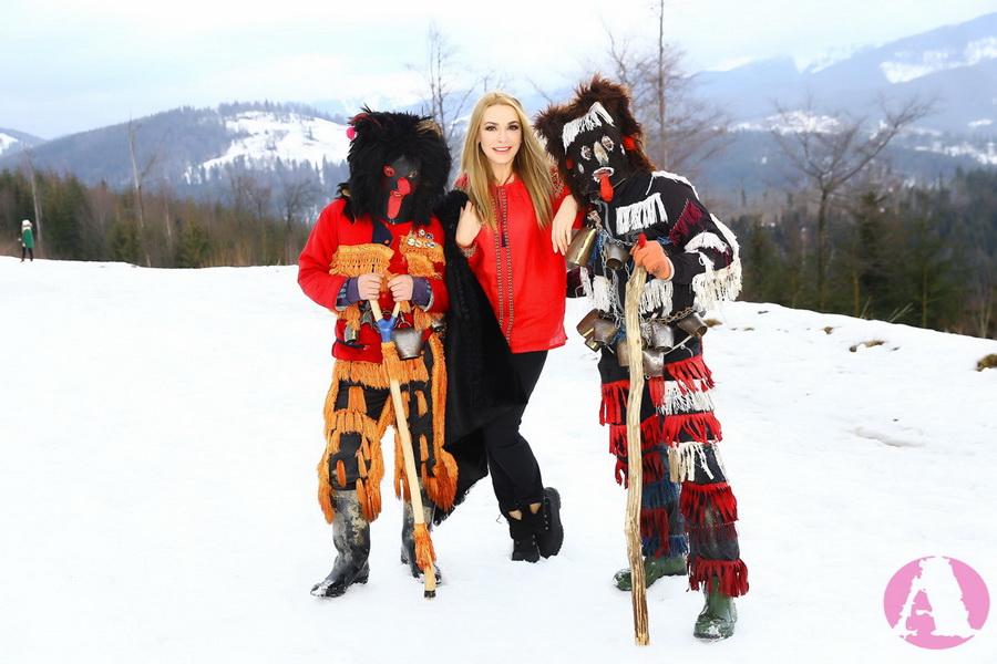 Ольга Сумская с рождественскими чертями в Карпатах фото