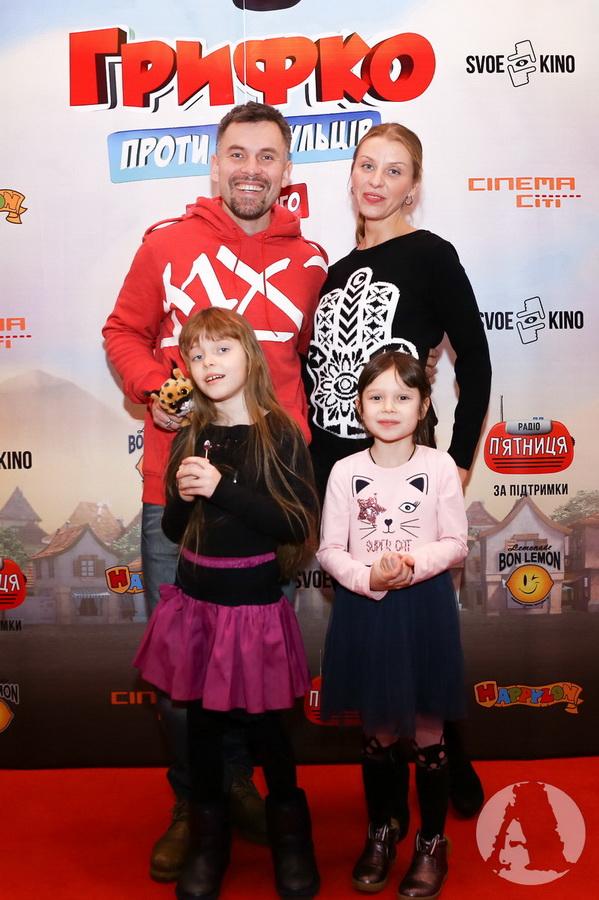"""Генадий Попенко с семьей фото на премьере """"Грифко проти прибульців"""""""