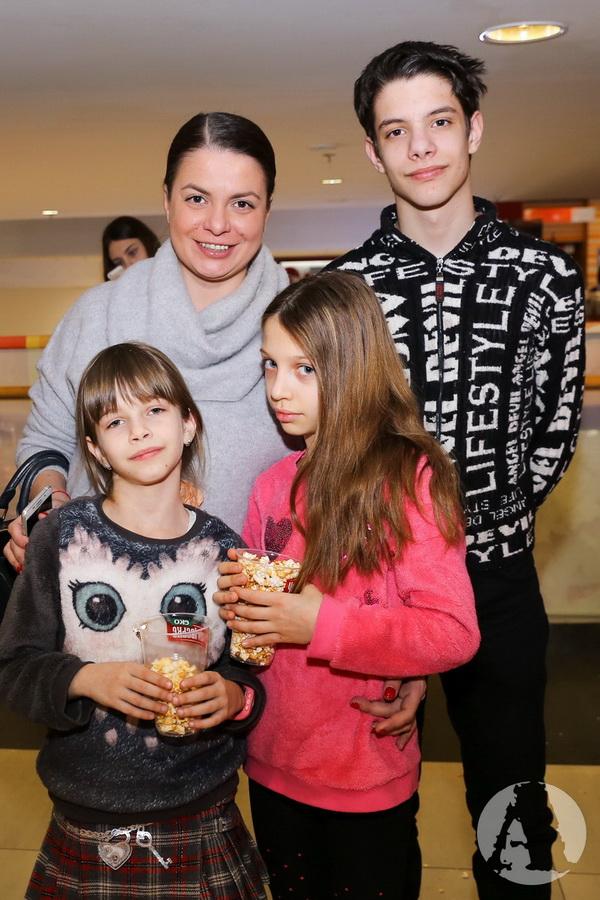 """фото Тома Нелипа с детьми на премьере """"Грифко проти прибульців"""""""
